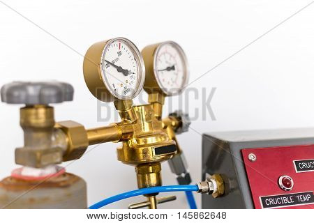 Pressure and temperature indicator on the instrument the arrow on the round dial