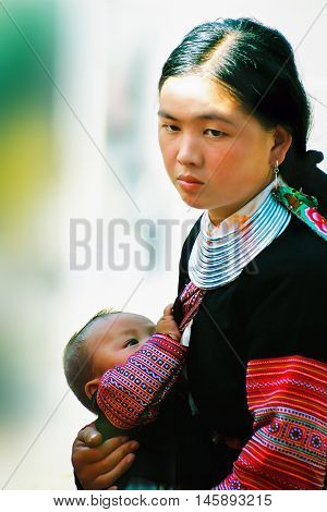 MỘC CHÂU, VIỆTNAM, August 28, 2016 women, ethnic Hmong, highland Mộc Châu, Sơn La, Việtnam, small babies