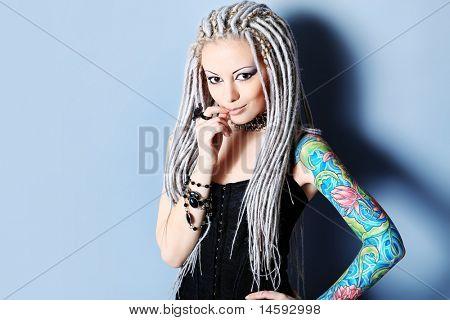 Retrato de uma jovem elegante com dreadlocks brancos. Moda.