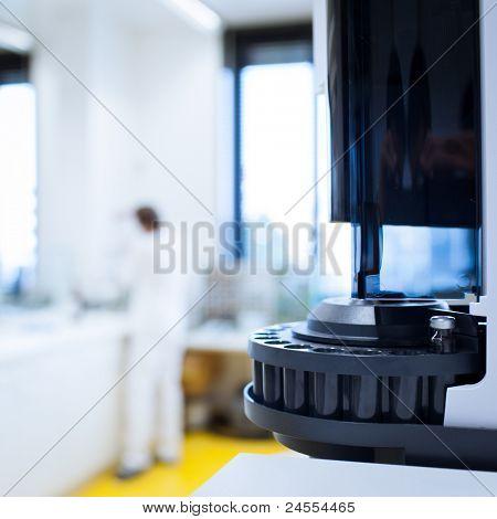 Laboratorio de química (DOF superficial; foco en los vasos en primer plano)