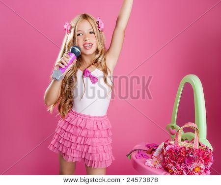 blond Sängerin Sterne Mädchen wie Modepuppe singen mit Mikrofon
