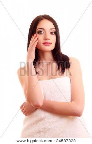 Schöne junge lächelnde Frau mit gesunder Haut und große Zähne