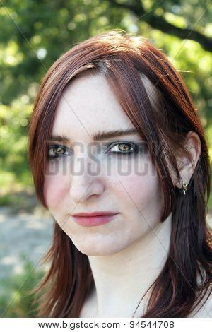 Hermosa pelirroja al aire libre en la cabeza (1)