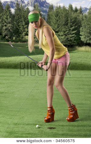 Mulher de jogador de golfe sexy, ela está batendo a bola de golfe