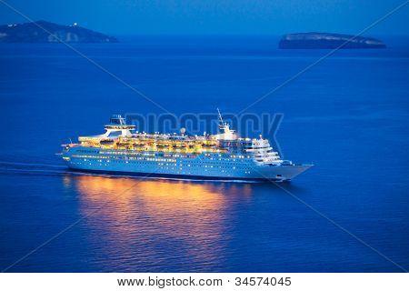 Luxus-Kreuzfahrtschiff bei Sonnenuntergang segeln