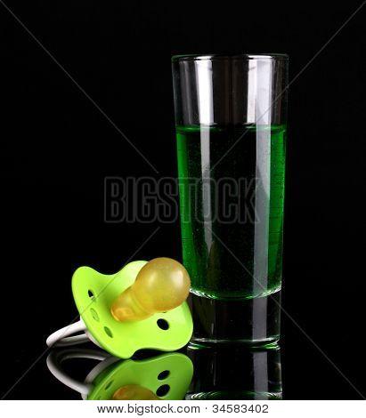 Bebê manequim com bebida alcoólica, isolada em preto