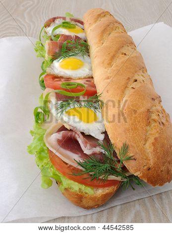 Grande sanduíche com presunto, tomate e ovo de codorna
