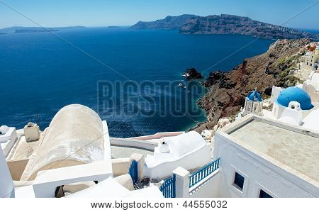 The white walls of Oia.