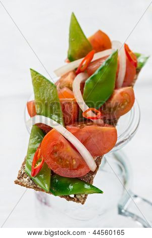 Crisp bread with tomatoes and snow peas