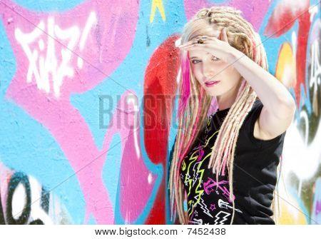 mulher em pé na parede grafftti