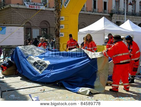 Volunteers of the Civil Protection dismantled a tent
