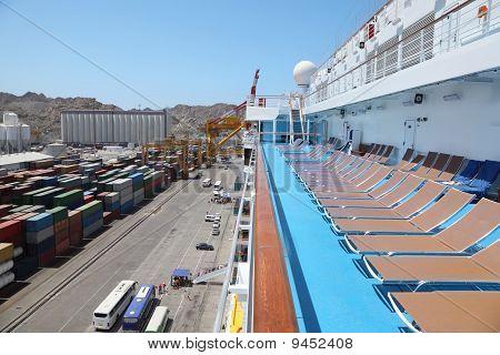 große Kreuzfahrtschiff im Hafen rechts vom Bild. Einschiffung.