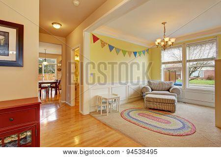 Cute Kids Play Room With Rug.