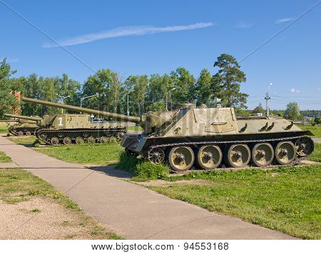 Self-propelled artillery SU-100 and ISU-152, USSR, 1944