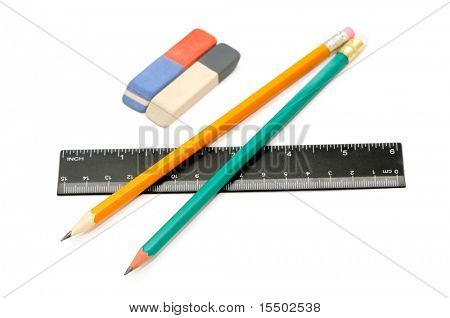 Lápis, borracha e régua sobre um fundo branco