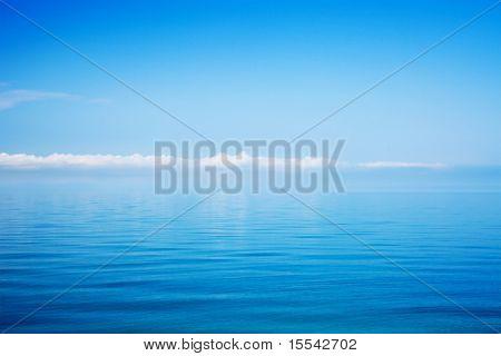Schönes Meer und bewölkten Himmel