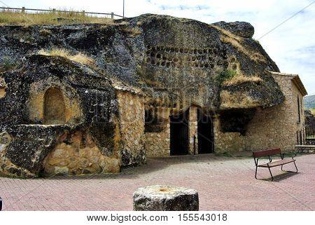 Casa vieja de cueva en el pueblo