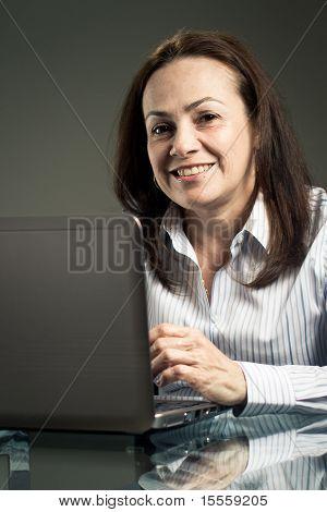 Frau mit Laptop-Computer