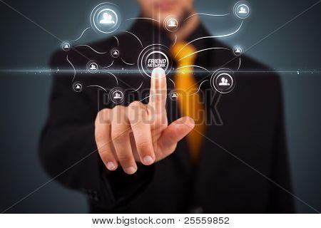 Empresario moderno social presionando sobre un fondo virtual