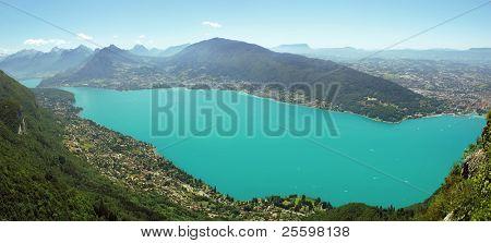 Sommer-See-Panorama von den Bergen