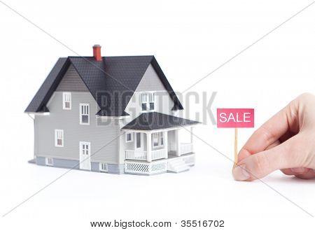 Conceito de imobiliário - casa modelo arquitetônico com sinal de venda, isolada