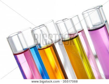 Grupo de tubos de ensayo con un color reactivos en un rack, vista de primer plano