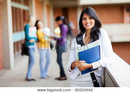 Junge weibliche College-Studenten auf dem campus