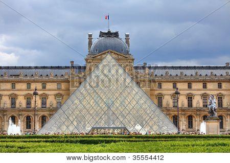 Parijs - 06 juni: Piramide en Louvre Museum (voormalig Koninklijk Paleis). Louvre is een van de belangrijkste touristi