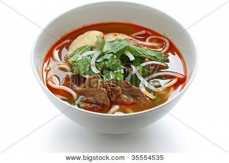 Bun hue bo, un plato de sopa de fideos de carne & arroz, cocina fideos vietnamitas