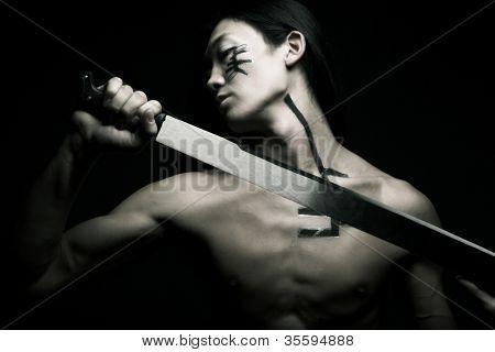 hombre asiático con katana