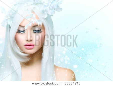 Winter Beauty Woman. Beautiful Fashion Model Girl with Snow Hair style and Make up. Holiday Makeup. Winter Queen. Christmas Lady