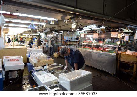 Tokyo nov 26: Meeresfrüchte-Anbieter auf dem Tsukiji Fisch und Großhandelsmarkt in Tokio Japan