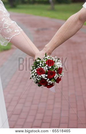 Red wedding roses with white daisies