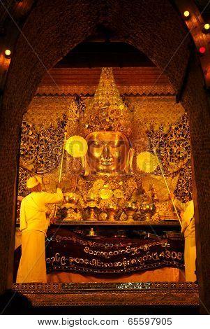 Mahamyatmuni Is Famous Buddha In Myanmar .