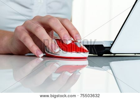 a woman working in an office and h�?�?�?�¤t the mouse of a computer in hand.