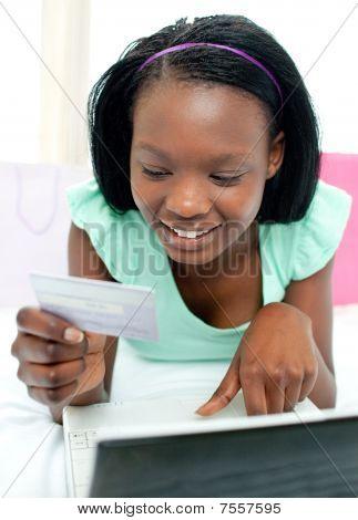 Teen Girl Einkaufen auf Linie lächelnd