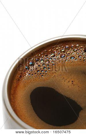 Kaffee in einer Metal Tasse auf weißem Hintergrund