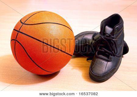 Foto von einem Basket- und Turnschuhe in einem Holzfußboden