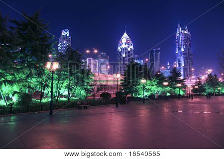 het moderne gebouw in de nacht.