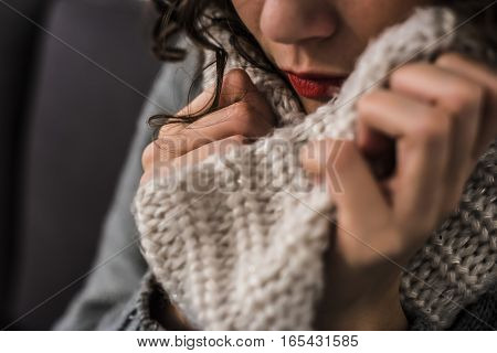 woman with a hot scarf in wool in a gelid winter