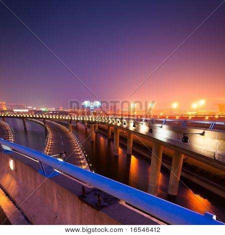 Nachtszene von Shanghai Pudong Flughafen terminal t2.