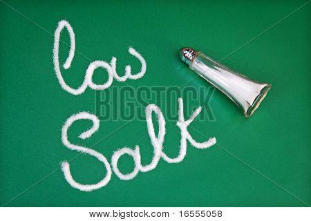 Salzstreuer Schreibweise der Wörter niedrigen Salz auf grün hintergrund