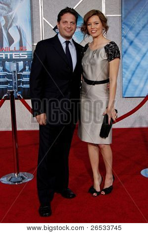 LOS ANGELES - SEPT 24: Elizabeth Banks and her husband Max Handelman at the world premiere of 'Surrogates' on September 24, 2009 in Los Angeles, California