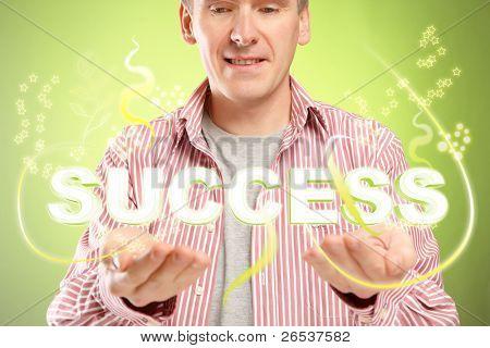 Mann mit Wort Erfolg über seine Hände. Konzept der erfolgreichen Menschen und positives Denken.