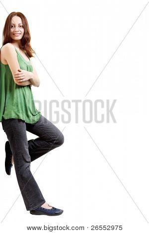 Young Woman leaning gegen etwas, auf weißem Hintergrund