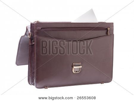 Maletín de negocios marrón sobre un fondo blanco