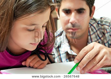 Niña y su padre joven Latina trabajando en un proyecto de escuela en casa