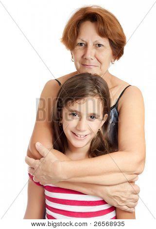 Abuela Latina abrazando a su nieta aislada sobre un fondo blanco