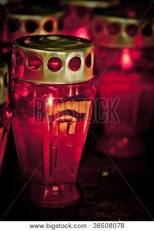 Verstorbenen Urlaub. Brennen Sie rote Kerzen auf dunklem Hintergrund.