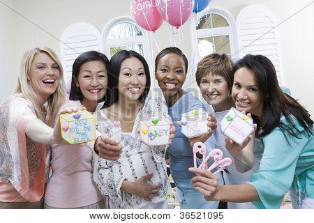 Porträt von glücklichen schwangeren mit Freunden auf ein Baby-Dusche mit